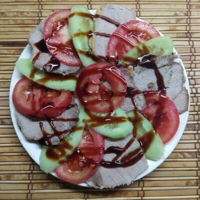 Быстрая закуска из буженины, помидоров и огурцов - рецепт с фото
