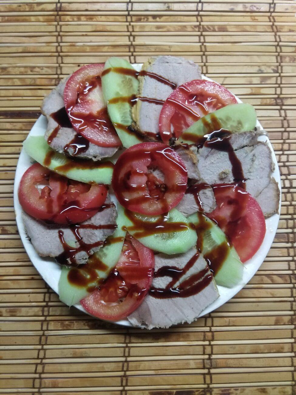 Быстрая закуска из буженины, помидоров и огурцов