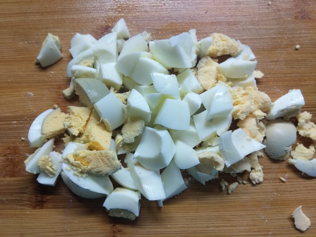Фото рецепта - Салат из капусты, буженины, огурца и яиц - шаг 4