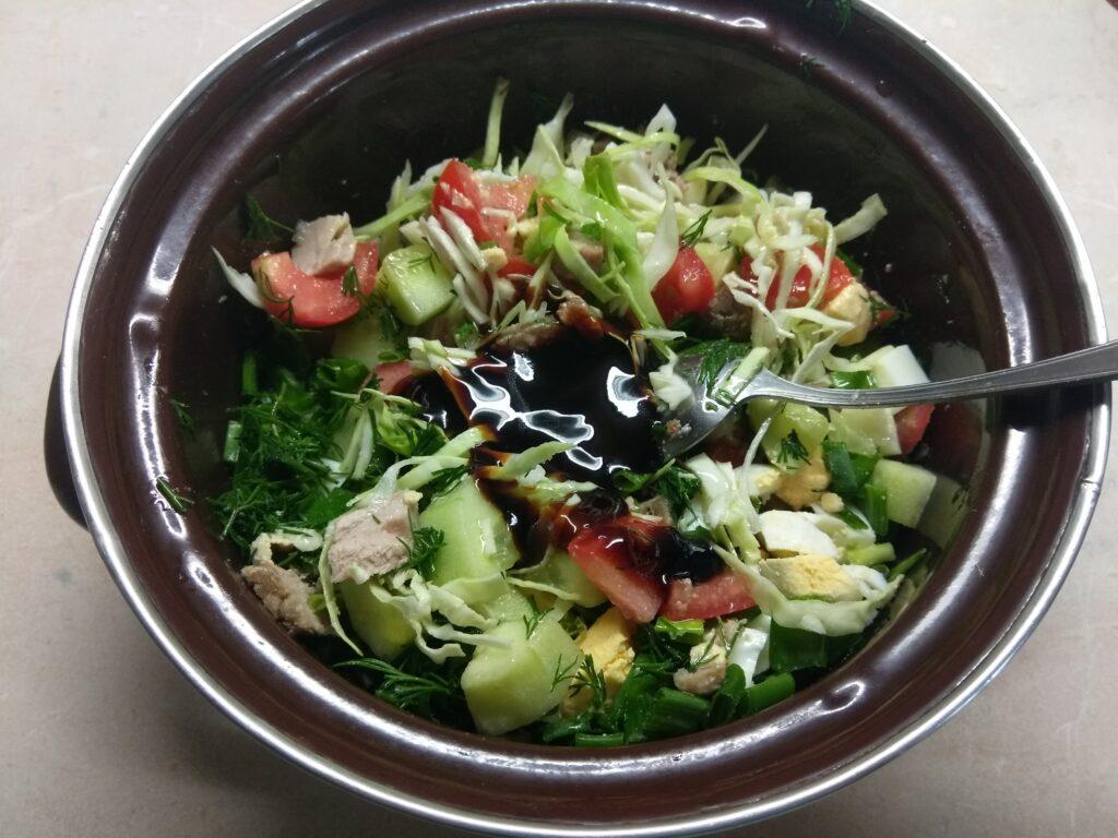 Фото рецепта - Салат из капусты, буженины, огурца и яиц - шаг 7