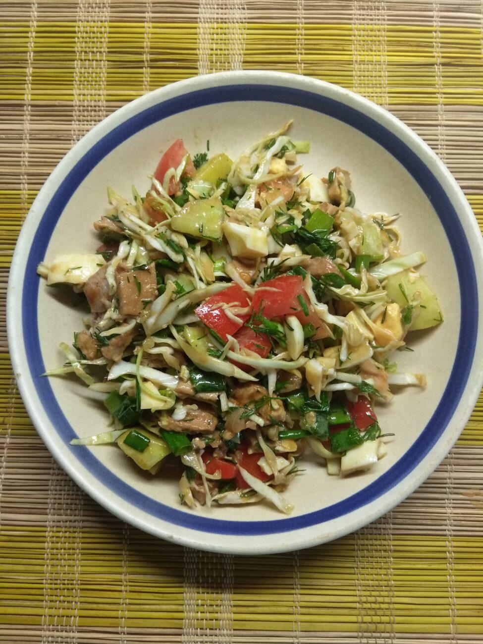 Салат из капусты, буженины, огурца и яиц