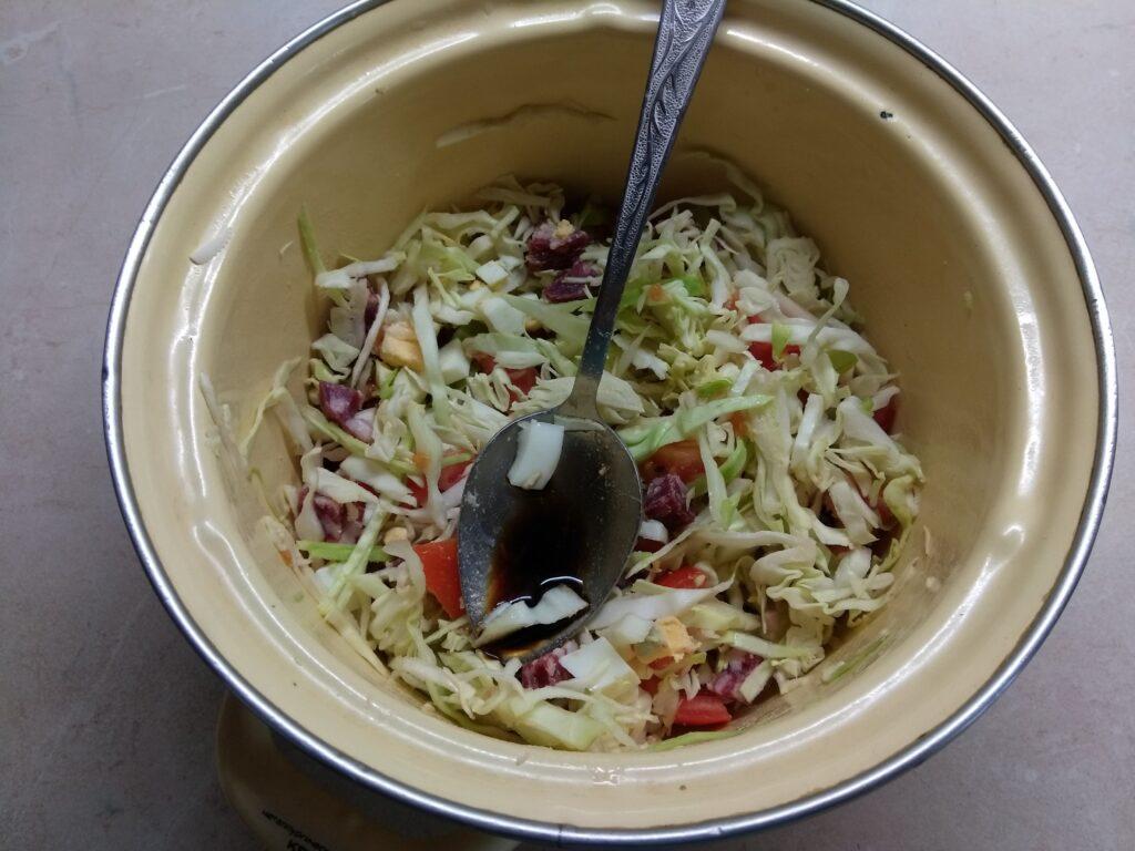 Фото рецепта - Салат из капусты, салями и помидоров - шаг 4