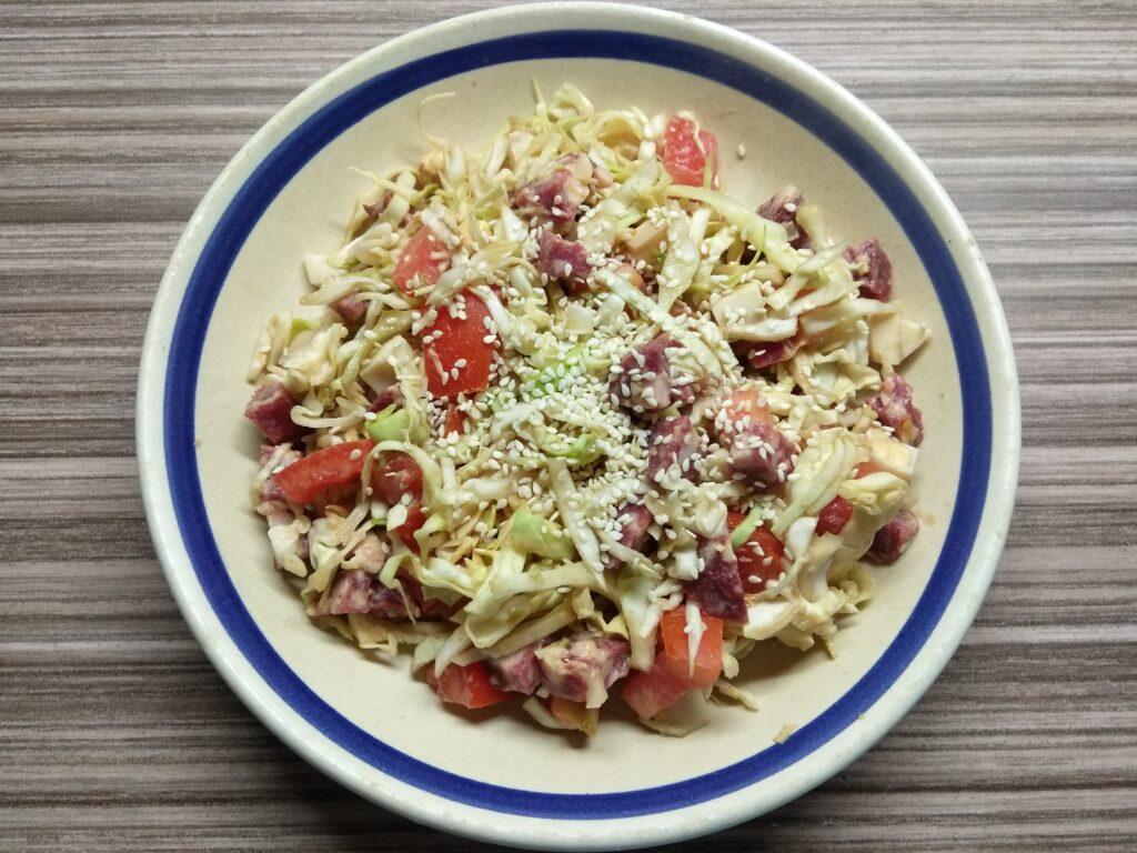 Фото рецепта - Салат из капусты, салями и помидоров - шаг 5