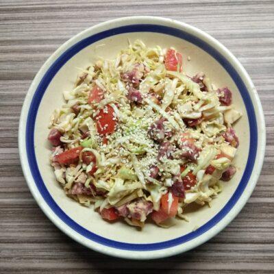Салат из капусты, салями и помидоров - рецепт с фото