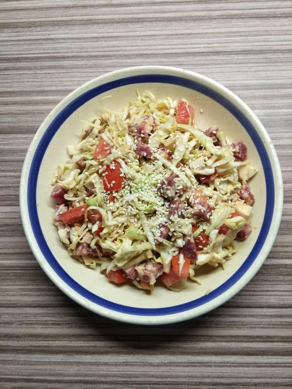 Салат из капусты, салями и помидоров
