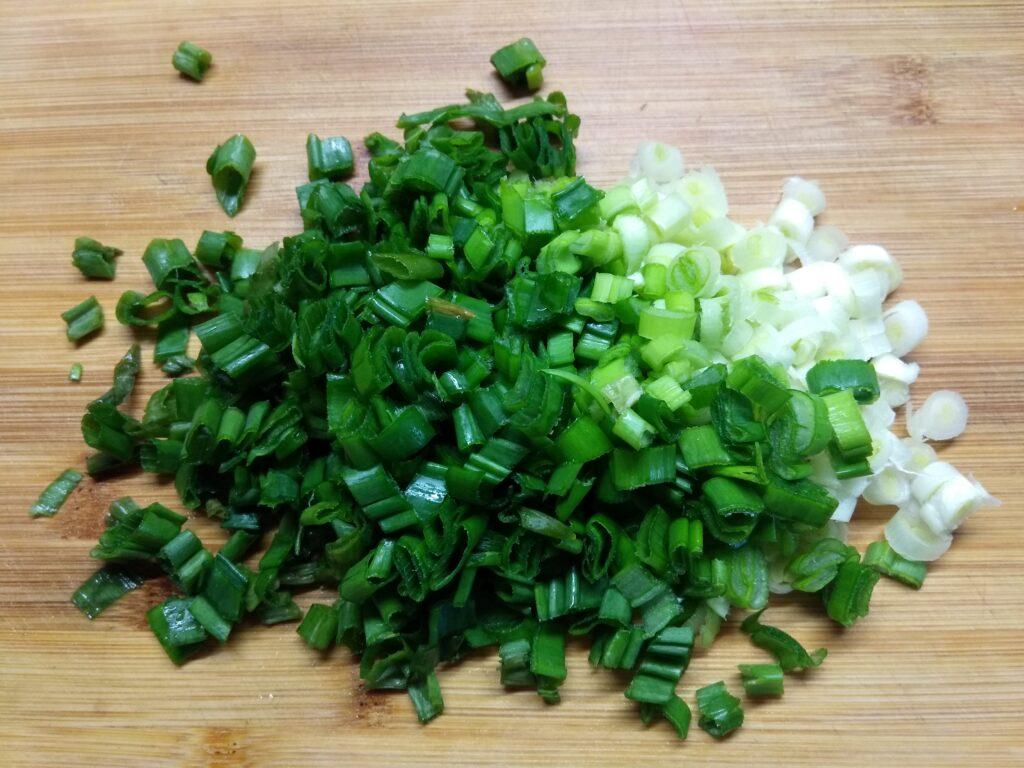 Фото рецепта - Брускетты с помидором, салями и зеленым луком - шаг 4