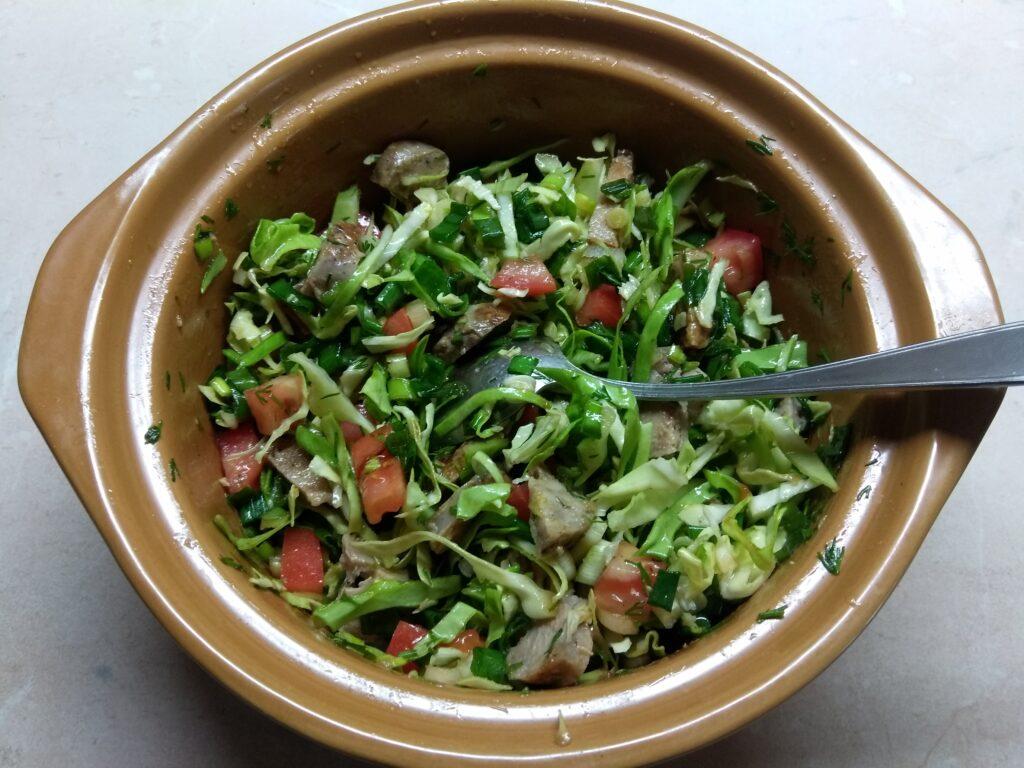 Фото рецепта - Салат из свежих овощей с домашней колбасой - шаг 6