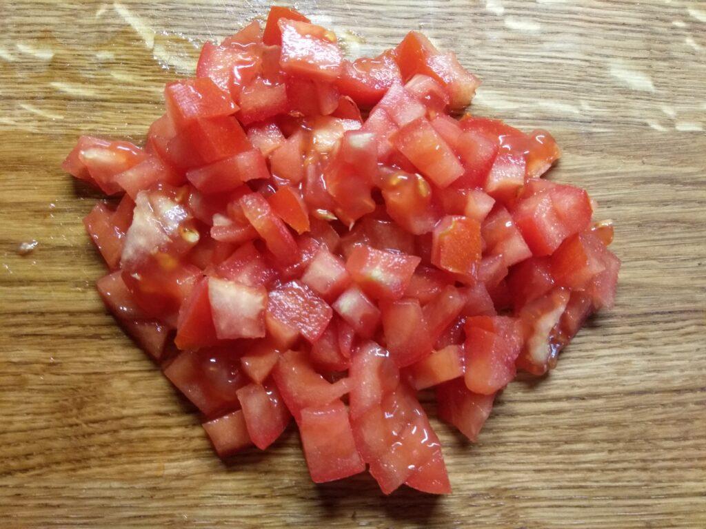 Фото рецепта - Брускетты с помидором, салями и зеленым луком - шаг 3