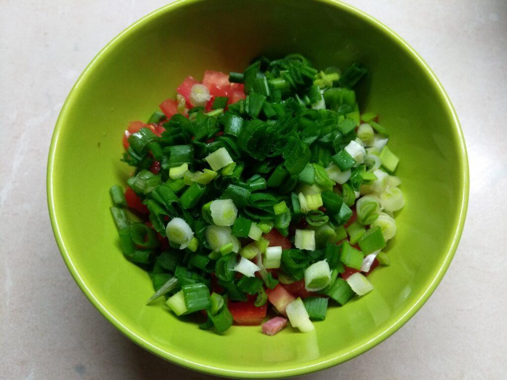 Фото рецепта - Брускетты с помидором, салями и зеленым луком - шаг 5
