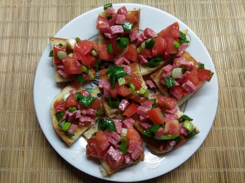 Фото рецепта - Брускетты с помидором, салями и зеленым луком - шаг 6