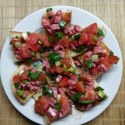 Брускетты с помидором, салями и зеленым луком - рецепт с фото