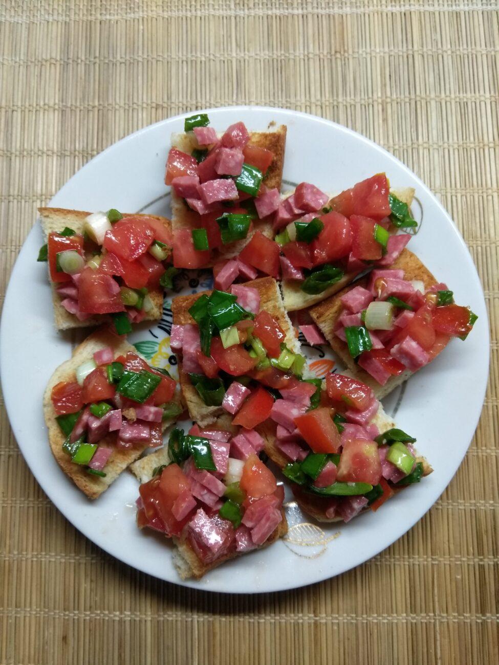 Брускетты с помидором, салями и зеленым луком