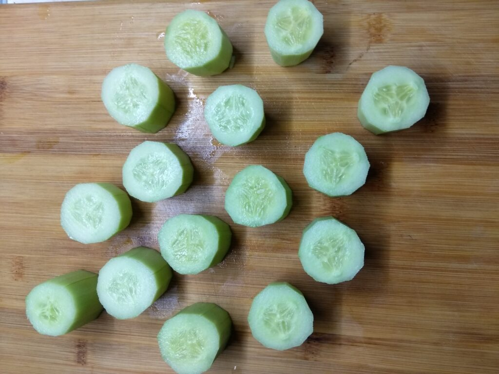 Фото рецепта - Закуска из огурцов, фаршированных творогом и острым перцем - шаг 1