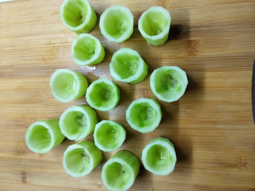 Фото рецепта - Закуска из огурцов, фаршированных творогом и острым перцем - шаг 2