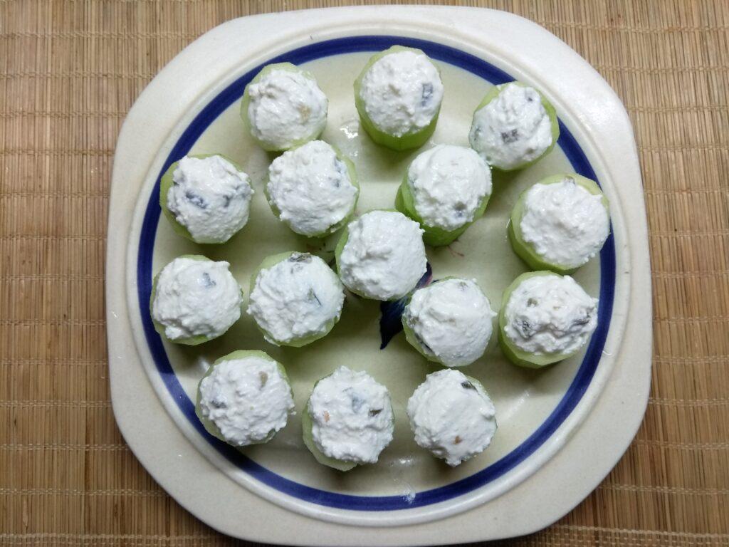Фото рецепта - Закуска из огурцов, фаршированных творогом и острым перцем - шаг 5