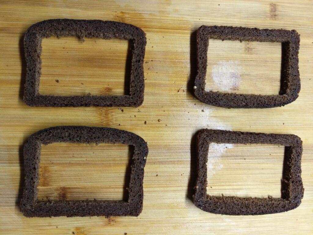 Фото рецепта - Яйца с сосисками в черном хлебе под сырной корочкой - шаг 1