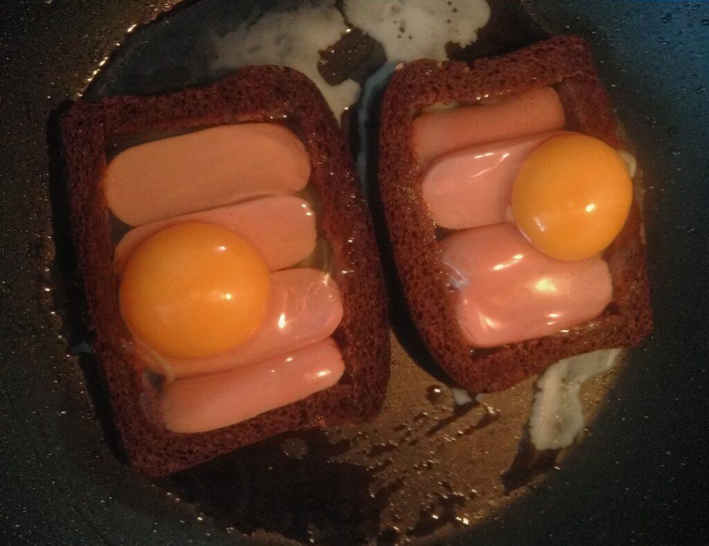 Фото рецепта - Яйца с сосисками в черном хлебе под сырной корочкой - шаг 5