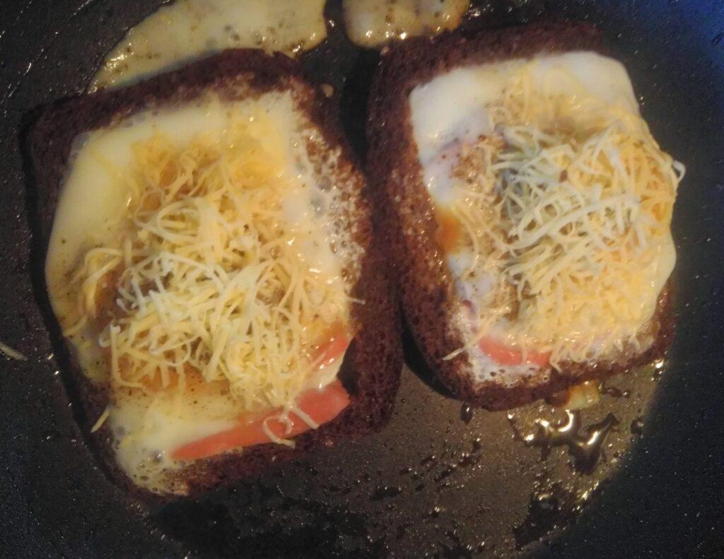 Фото рецепта - Яйца с сосисками в черном хлебе под сырной корочкой - шаг 6