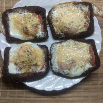 Яйца с сосисками в черном хлебе под сырной корочкой - рецепт с фото
