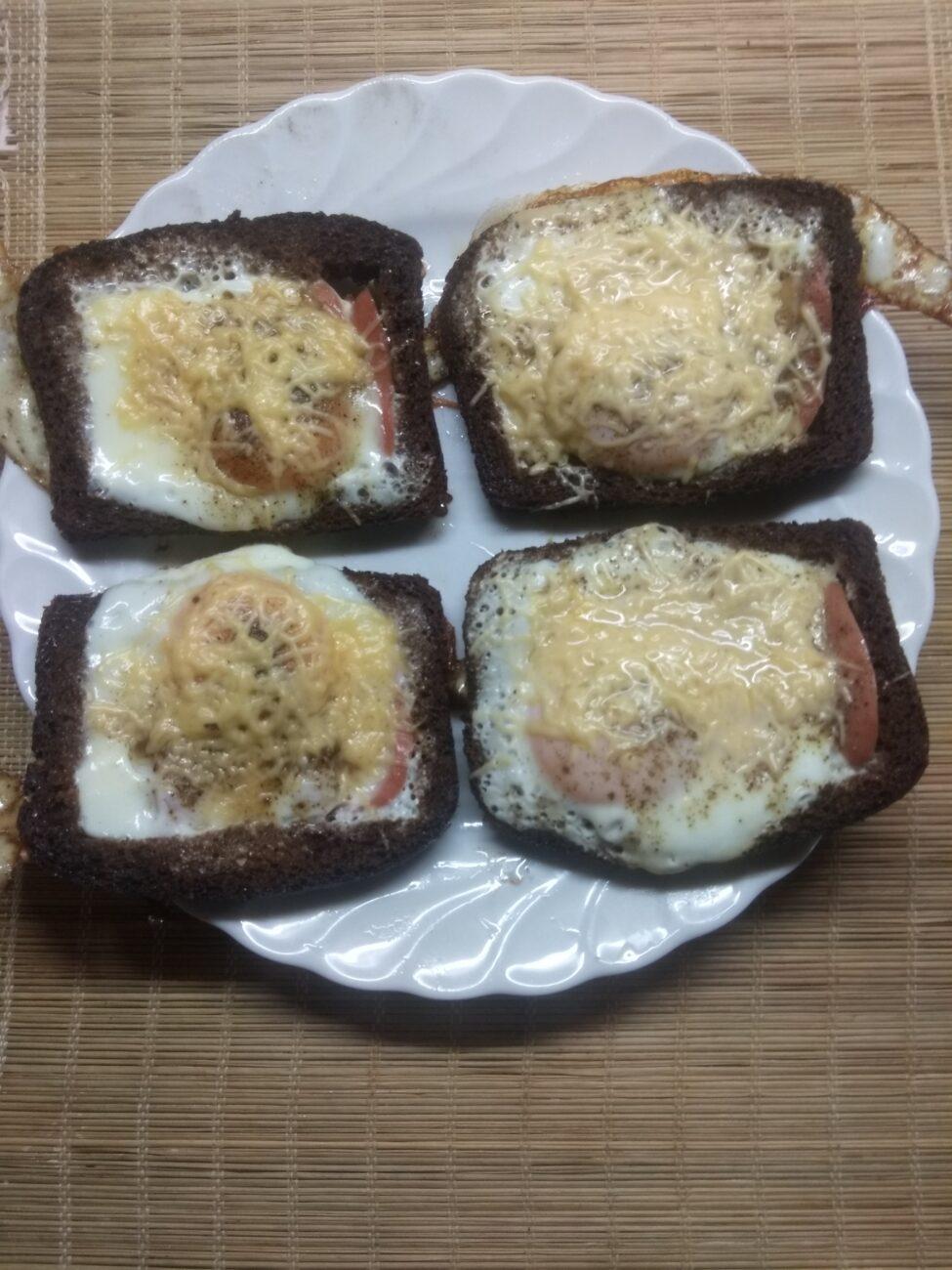 Яйца с сосисками в черном хлебе под сырной корочкой