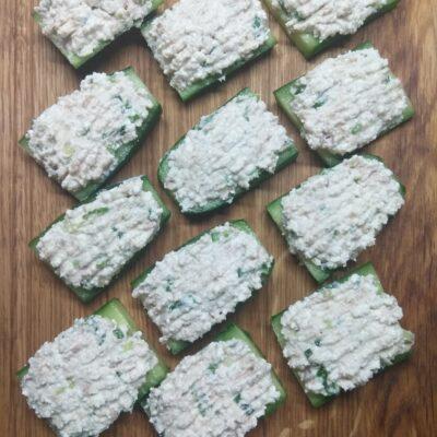 Бутерброды из огурцов, консервированного тунца и творога - рецепт с фото