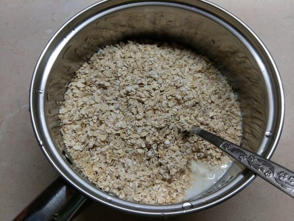 Фото рецепта - Творожные кексы на овсянке с бананом - шаг 5