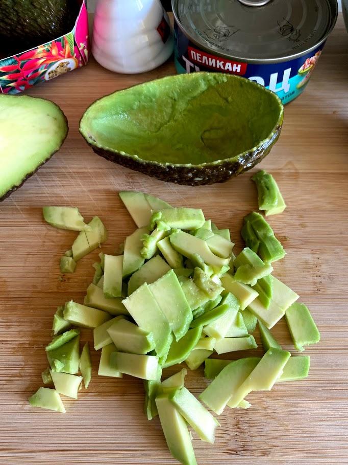 Фото рецепта - Салат из тунца с авокадо - шаг 4