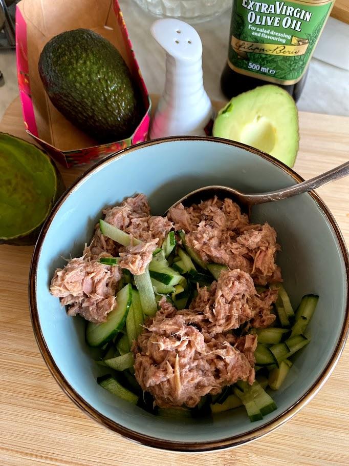 Фото рецепта - Салат из тунца с авокадо - шаг 7