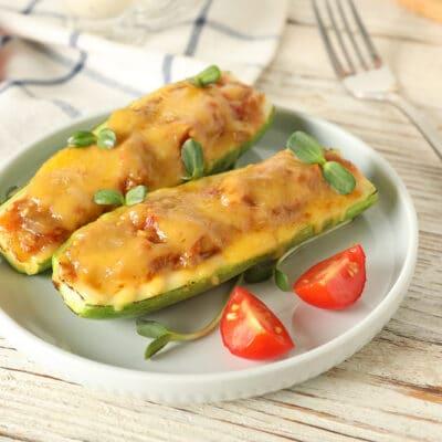 Кабачки, фаршированные овощами под сыром