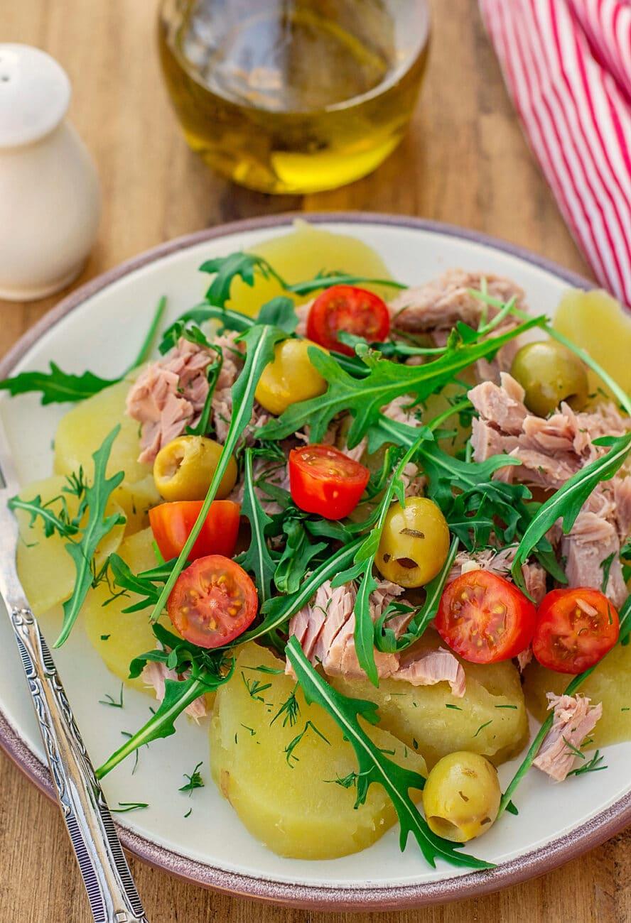 Картофельный салат с тунцом и помидорами