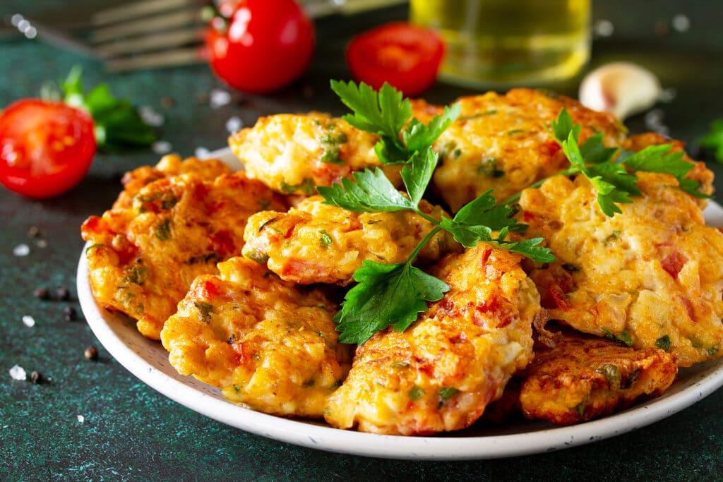 Фото рецепта - Рубленые куриные котлеты с помидорами и зеленью - шаг 7