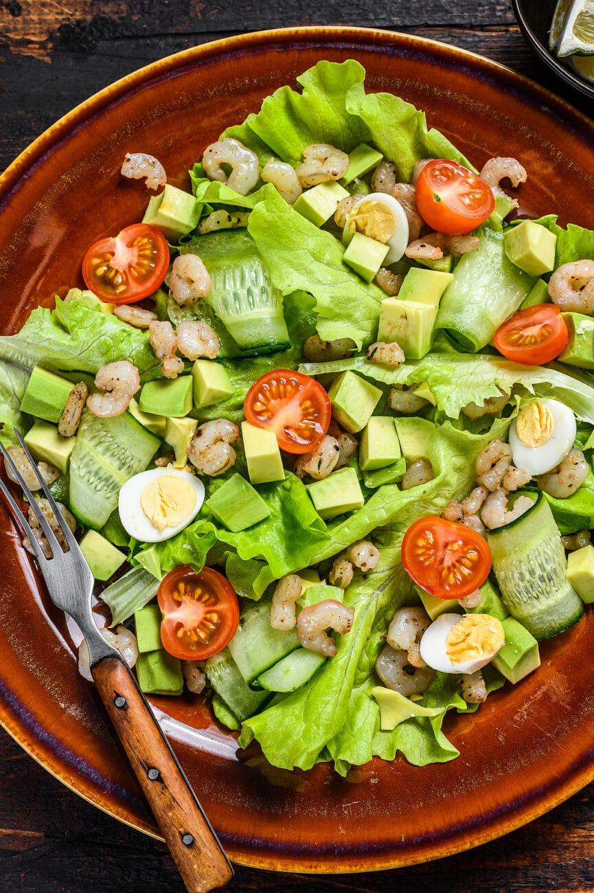 Легкий салат с креветками, авокадо и овощами