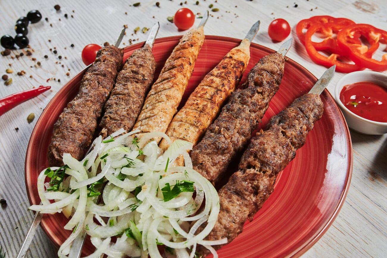 Люля-кебаб из баранины с маринованным луком и соусом