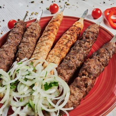 Люля-кебаб из баранины с маринованным луком и соусом - рецепт с фото