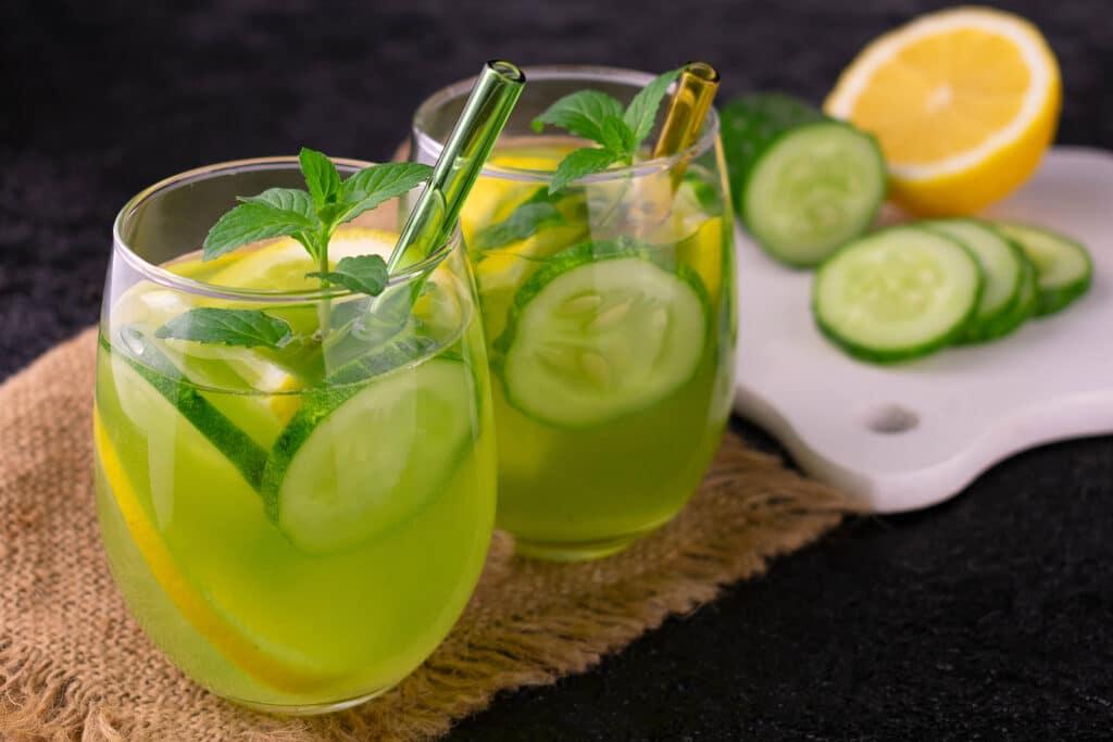 Фото рецепта - Огуречный напиток с лимоном и мятой - шаг 5