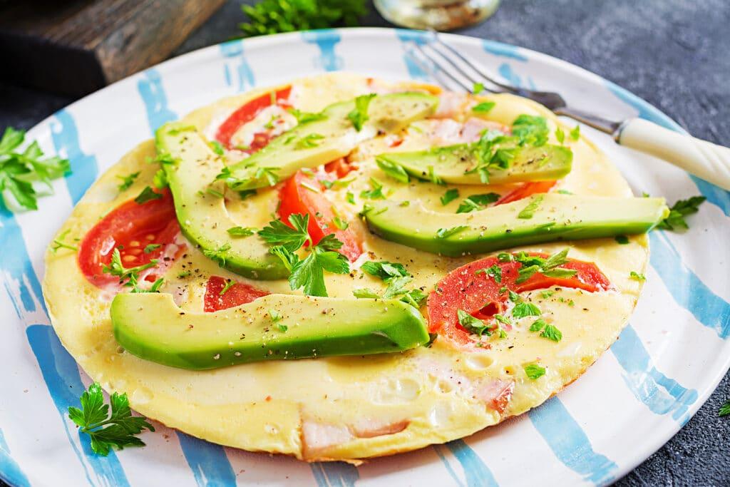 Фото рецепта - Омлет с ветчиной, помидорами и авокадо - шаг 10