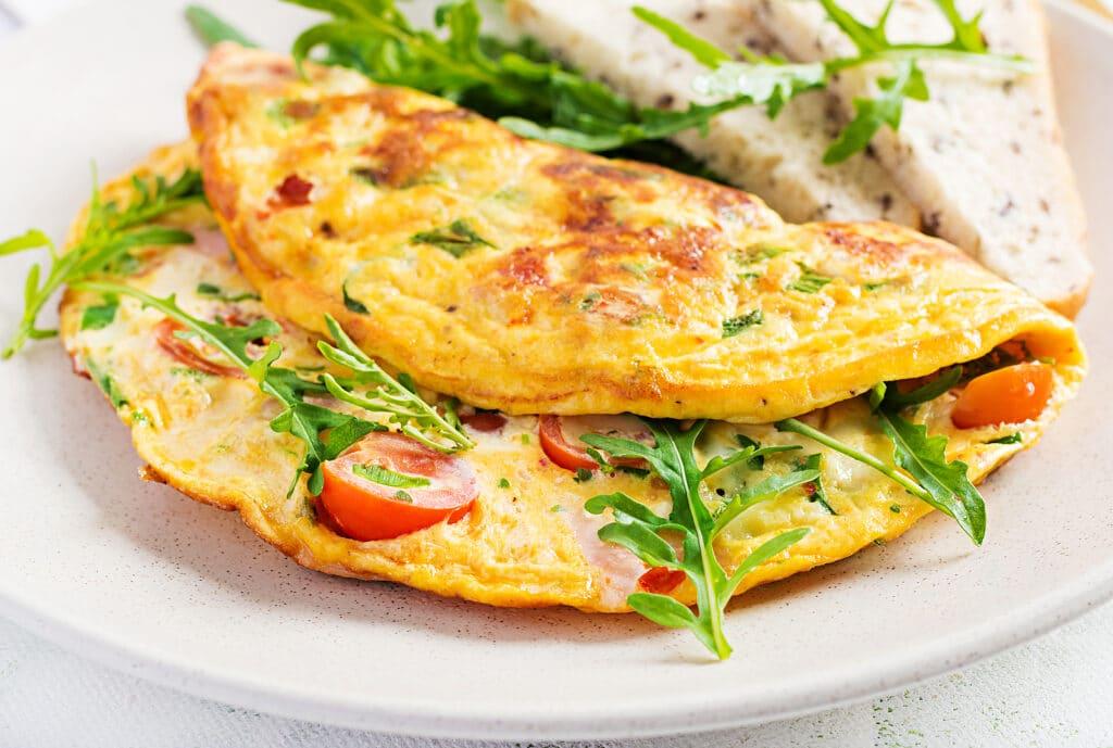 Фото рецепта - Омлет с колбасой и черри - шаг 5