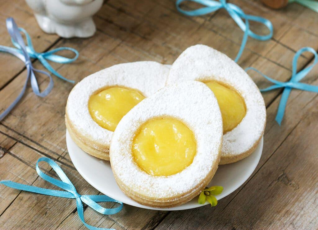 """Фото рецепта - Песочное печенье """"Яичко"""" с персиками и сахарной пудрой - шаг 6"""