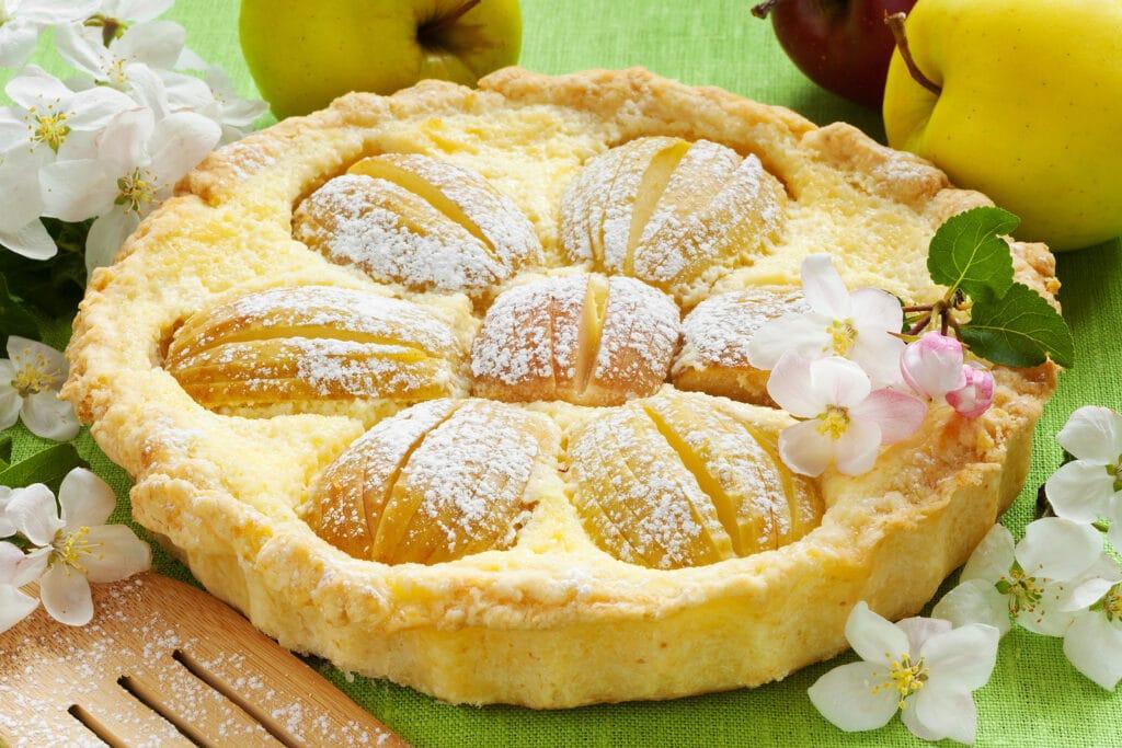 Фото рецепта - Пирог из песочного теста с творожной начинкой и яблоками - шаг 6