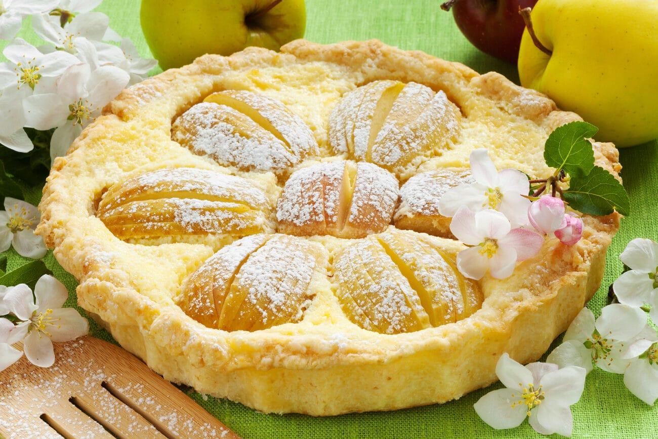 Пирог из песочного теста с творожной начинкой и яблоками