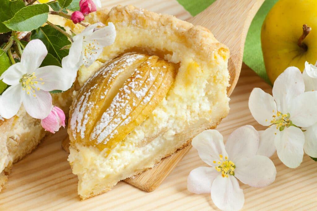 Фото рецепта - Пирог из песочного теста с творожной начинкой и яблоками - шаг 5
