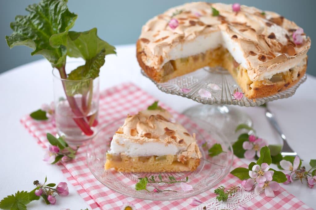 Фото рецепта - Пирог с ревнем и воздушной меренгой - шаг 6