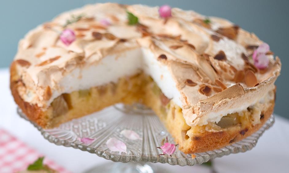 Фото рецепта - Пирог с ревнем и воздушной меренгой - шаг 5