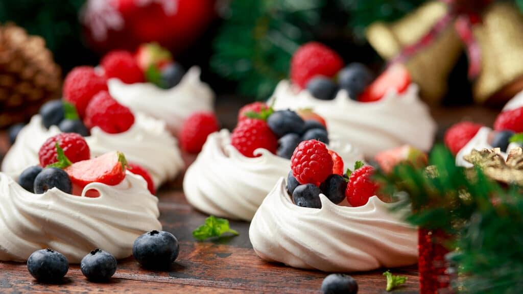 Фото рецепта - Пирожное Павлова с ягодами - шаг 7