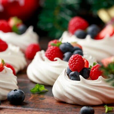 Пирожное Павлова с ягодами - рецепт с фото