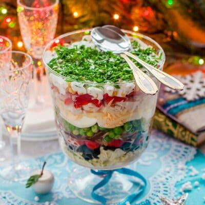 Рождественский слоеный салат с овощами и ветчиной