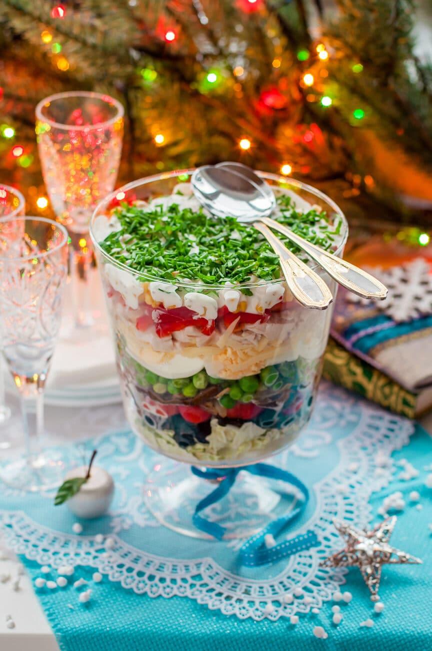 Слоеный салат-коктейль с овощами и ветчиной