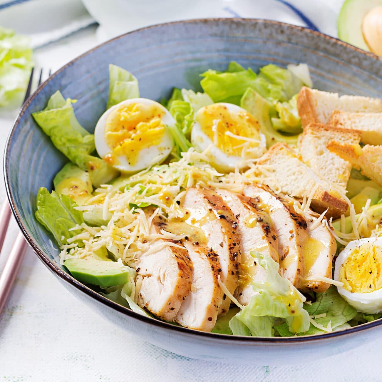 Салат Цезарь с авокадо и курицей