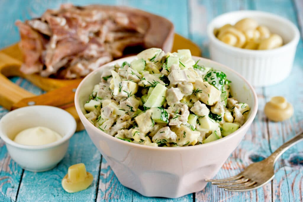 Фото рецепта - Салат из языка, свежего огурца и грибов - шаг 5