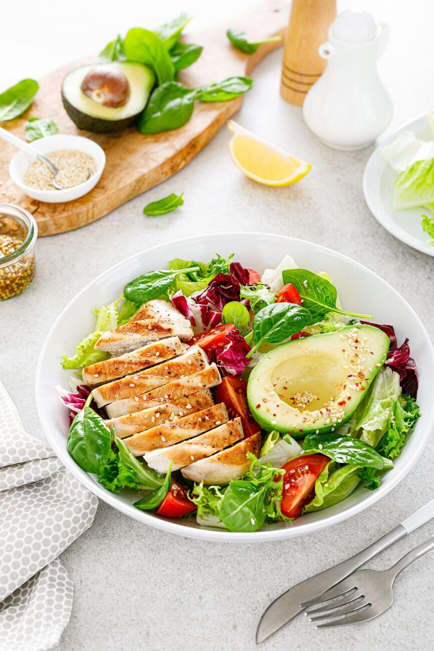 Салат из зелени, авокадо и куриной грудки